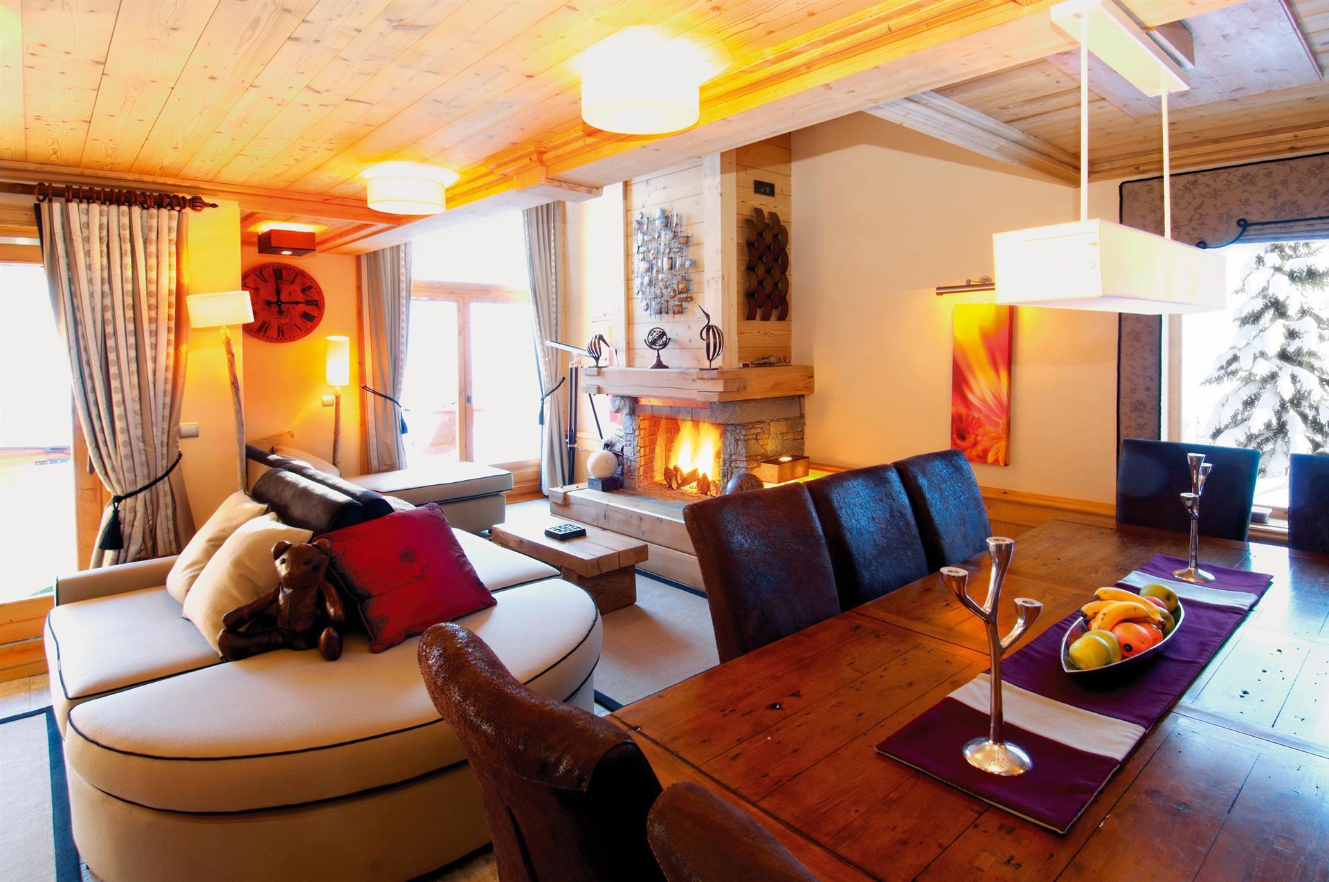 Taiga Lodge - Dining/Living Area